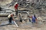 Práce hledačů diamantů: celodenní se brodění v bahně