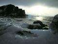 Východ slunce, u moře nová ledová výzdoba z ledových valounů